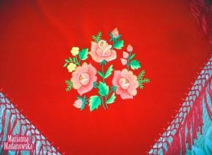 Piękny motyw kwiatowy z trzema łowickimi różami wyhaftowanymi ręcznie na chuście przez Mariannę Madanowską
