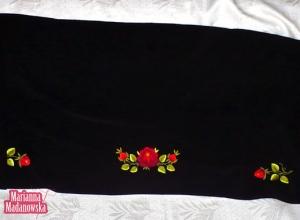 Piękny szal łowicki haftowany ręcznie w ciemnoczerwone wyraziste róże