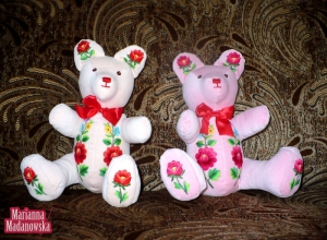 Pluszowe misie ozdobione łowickimi motywami kwiatowymi haftowanymi ręcznie przez Mariannę Madanowską