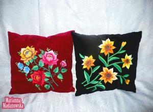Poduszki z ręcznie haftowanym łowickim motywem kwiatowym autorstwa Marianny Madanowskiej