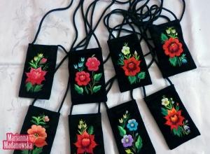 Pokrowce na telefony komórkowe wyhaftowane w stylu etno - ręczny haft łowicki wykonany przez Mariannę Madanowską