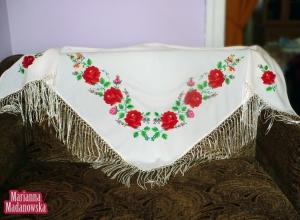 Przepiękna biała chusta zdobiona haftowanymi ręcznie czerwonymi łowickimi różami, bratkami, konwaliami i niezapominajkami