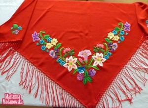 Przepięknie i bogato zdobiona wzorem kwiatowym czerwona chusta łowicka wyhaftowana ręcznie przez Mariannę Madanowską