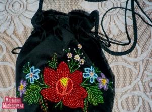 Ręcznie haftowana koralikami sakiewka/woreczek autorstwa Marianny Madanowskiej jako element folkloru łowickiego