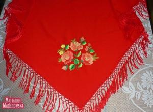 Ręcznie haftowana łowicka chusta zdobiona trzema różami łowickimi