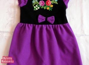 Ręcznie haftowana motywami ludowymi z Łowicza sukieneczka dla dziewczynki