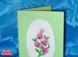 Ręcznie haftowana zielona pocztówka wykonana przez Mariannę Madanowską