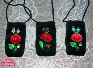 Ręcznie haftowane etui na komórkę lub iPhona zdobione haftami łowickimi z motywami kwiatowymi