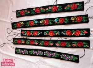 Ręcznie haftowane kwiatowymi wzorami łowickie paski z czarnego aksamitu