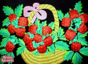 Ręcznie haftowany kosz z trójwymiarowymi truskawkami wykonany przez Mariannę Madanowską