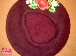 Ręcznie haftowany motyw łowicki na fioletowym moherowym berecie