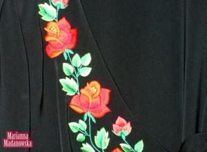 Ręcznie haftowany motyw łowickich czerwonych róż na suknii autorstwa twórczyni Marianny Madanowskiej