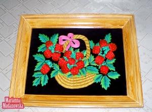Ręcznie haftowany obraz łowicki - kosz z truskawkami autorstwa Marianny Madanowskiej