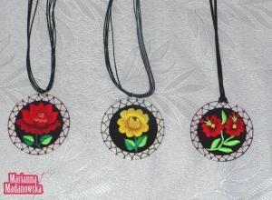 Ręcznie wykonane haftowane wisiorki autorstwa Marianny Madanowskiej z łowickim motywem kwiatowym