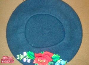 Ręczny haft łowicki na granatowym berecie z moheru