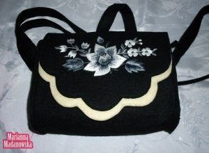 Ręczny haft łowicki w negatywie wykonany na kobiecej torebce przez twórczynię Mariannę Madanowską