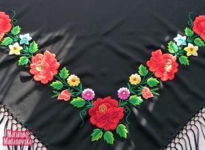 Rękodzieło ludowe - haft łowicki na czarnej chuście wykonany przez Mariannę Madanowską