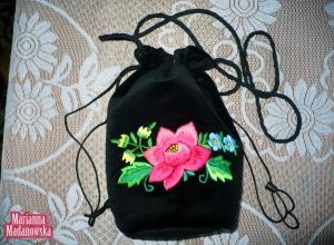 Romantyczna aksamitna sakiewka z ręcznie wyhaftowanym łowickim motywem kwiatowym