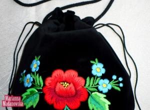 Róża łowicka w otoczeniu błękitnych niezapominajek - ręczny haft wykonany przez Mariannę Madanowską na sakiewce
