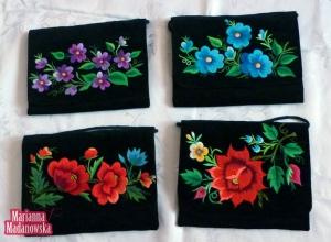 Róże, niezapominajki, bratki - barwny folklor łowicki haftowany na kobiecych torebkach - design by Marianna Madanowska