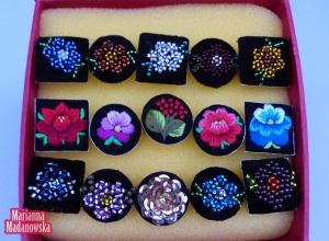 Różne kształty i wzory na ręcznie haftowanych łowickich pierścionkach