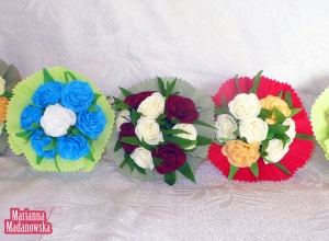 Różnobarwne bukieciki kwiatów wykonane z bibuły przez Mariannę Madanowską