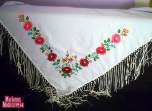 Różnobarwny łowicki haft ręczny autorstwa Marianny Madanowskiej wykonany na białej chuście