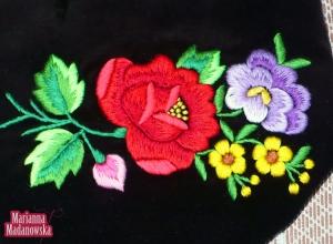 Różnobarwny motyw kwiatowy wyhaftowany ręcznie na sakiewce autorstwa Marianny Madanowskiej