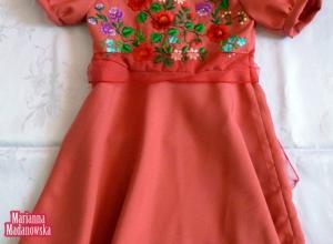 Różowa bogato zdobiona ręcznym haftem łowickim sukieneczka dla dziecka