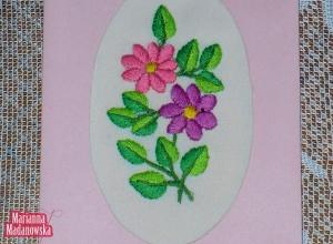 Rózowa haftowana po łowicku przez Mariannę Madanowską niezapominajkami pocztówka idealna dla kochanej osoby