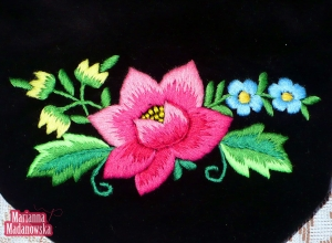 Różowa róża, niebieskie niezapominajki i żółte konwalie, czyli ręcznie haftowane łowickie motywy kwiatowe wykonane na woreczku