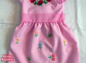 Różowiutka sukieneczka dla dziecka pięknie zdobiona łowickimi wzorami kwiatowymi - ludowy haft ręczny