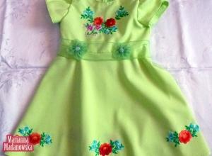 Śliczna jasnozielona sukieneczka gustownie wykonana i ozdobiona folklorystycznym haftem ręcznym