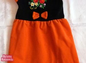 Śliczna pomarańczowa sukieneczka dla dziecka wyhaftowana ręcznie łowickimi wzorami kwiatowymi