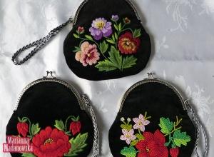 Śliczne dziewczęce torebeczki zdobione bogato łowickim haftem ręcznym