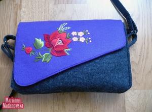 Ślicznie haftowane ręcznie kwiaty na stylowej kobiecej toremce