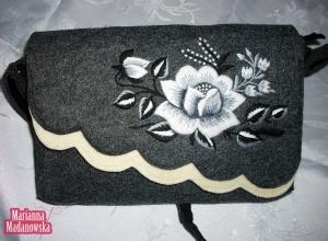 Śnieżna róża łowicka haftowana na kobiecej torebce - haft ręczny Marianny Madanowskiej