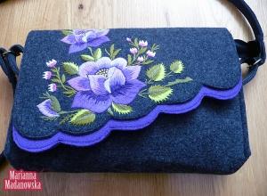 Stylizowana fioletowa róża haftowana ręcznie na torebce łowickiej