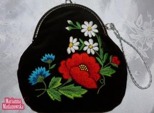 Stylowa damska torebka haftowana ręcznie łowickim motywem kwiatowym - mak, chabry i niezapominajki - z metalowym zapięciem
