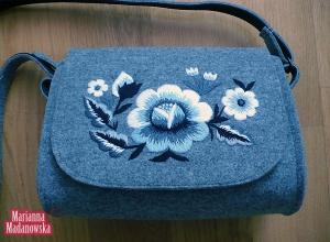 Stylowo haftowana torebka damska z pięknie dobranymi kolorami haftu