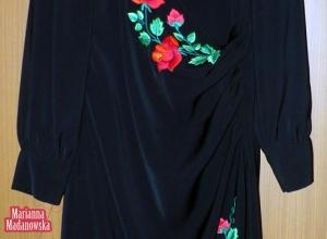 Sukienka wykonana przez Mariannę Madanowską i ozdobiona przez nią haftem ręcznym motywami kwiatowymi składającymi się z łowickich róż