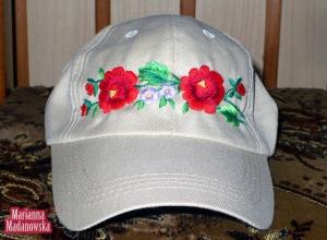 Szara czapka z daszkiem z haftowanymi ręcznie po łowicku kwiatami - haft wykonany przez Mariannę Madanowską