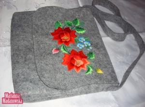 Szara łowicka torebka damska haftowana ręcznie w czerwone róże