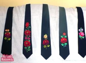 Szereg eleganckich ręcznie haftowanych łowickich krawatów autorstwa Marianny Madanowskiej