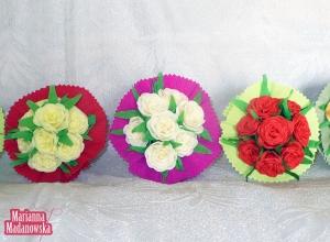 Uwite z bibuły różyczki skomponowane w piękne bukieciki autorstwa Marianny Madanowskiej