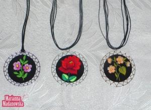 Wisiorki z ręcznym haftem łowickim wykonane przez Mariannę Madanowską