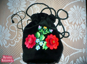 Woreczek ściągany troczkami z ręcznie haftowanymi kwiatami, elementem folkloru łowickiego