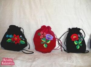 Woreczki haftowane ręcznie przez Mariannę Madanowską w łowickie motywy kwiatowe