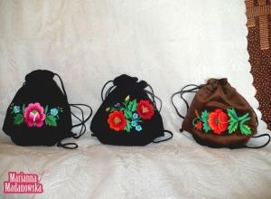 Woreczki z łowickimi motywami kwiatowymi haftowane ręcznie przez Mariannę Madanowską