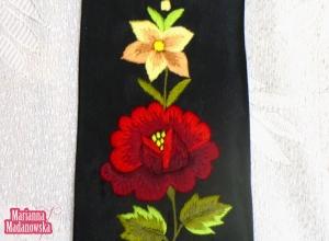 Wyhaftowany ręcznie na krawacie łowickim jaskrawy i nasycony kolorami motyw kwiatowy